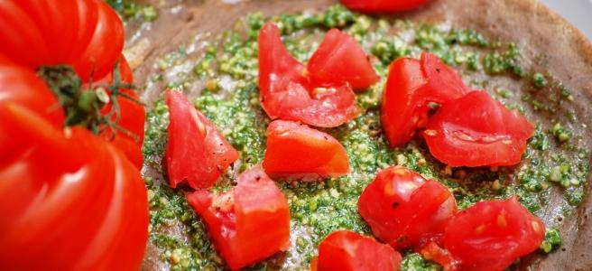 Galettes mit Petersilienpesto und Ochsenherzen-Tomaten