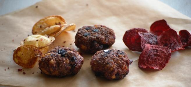 Kartoffelchips mit rote Bete | Mini Buletten mit Cranberries Cornflakes und Rote Bete Salz | Rote Bete Chips mit Bärlauchsalz