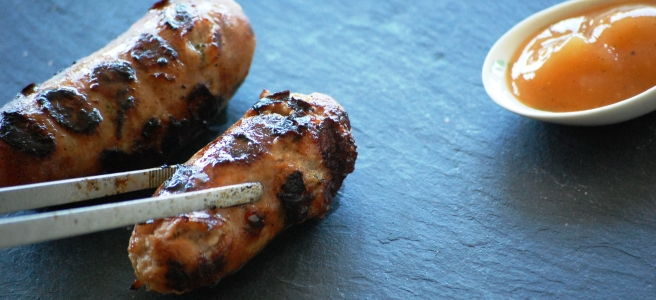 Grobe Bratwürstchen frisch vom Grill