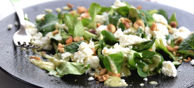 Feldsalat mit Kiwi-Dressing, Feta und gerösteten Haselnüssen